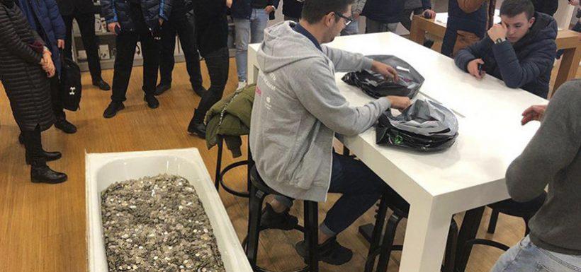 ¡Locura total! Joven llevó tina con miles de monedas juntadas para comprar el iPhone XS