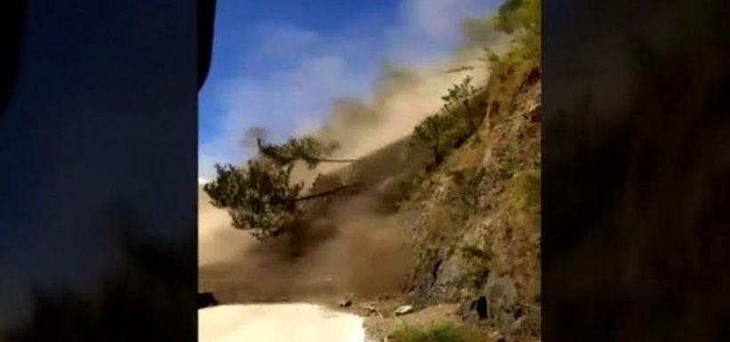 [VIDEO] ¡Aterrador! Un simple deslizamiento de tierra terminó en un derrumbe que casi mato a un centenar de turistas